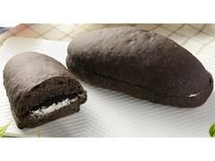 ローソン もっちりとした黒いコッペパン クッキー&クリーム