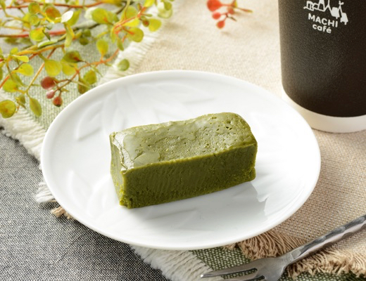 ローソン「抹茶とみるくのバウムクーヘン」は、甘さと苦味二層のハーモニー