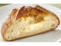 ファミリーマート ファミマ・ベーカリー 角切りチーズとチーズクリームを包んだフランスパン