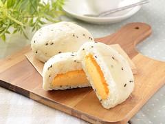 2個食べても300kcal以下!ローソン「黒ごまとチェダーチーズクリームのパン」