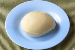 生地と2種のクリームに国産アンデスメロンの果肉を使用した、しっとりタイプのメロンパン。