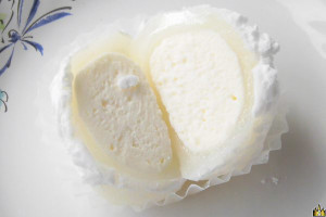 半透明のお餅の中にはエアリーなチーズクリーム。