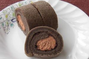 きめ細かい生地とクリームの間にはチョコソースの層が見えます。