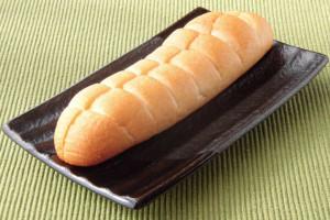 香ばしく焼き目のついた細長いパンにはちぎりやすいよういくつものくびれが。