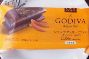 チョココーティングされたチョコクッキーでオレンジピール入りガナッシュクリームをサンド。
