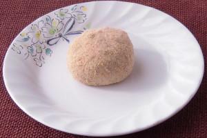 透明感ある生地に黒豆のきな粉がまぶされています。