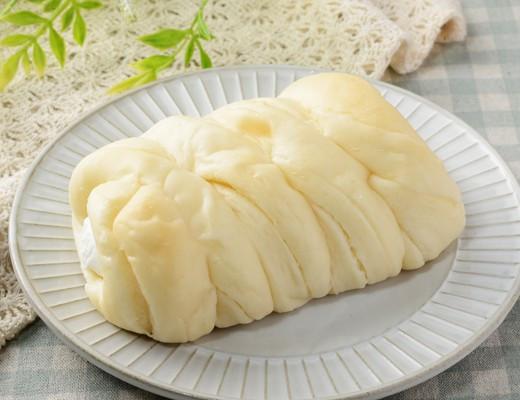 那須塩原市産牛乳入りのミルクホイップを、ミルクシートを折り込んで筒状に焼き上げた生地に注入したコルネ。