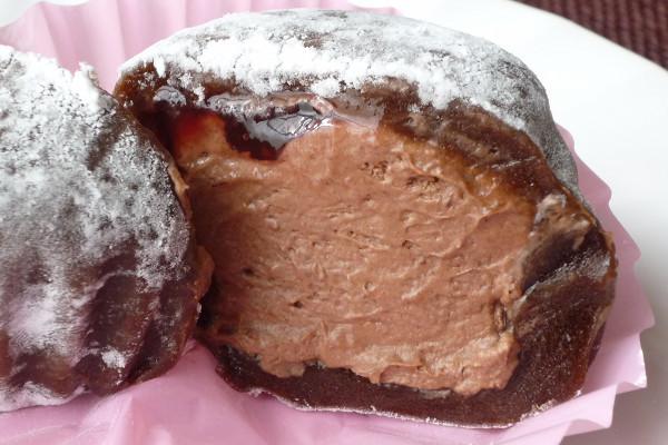 ハート型のチョコ大福はピンクのプリーツカップに包まれている。
