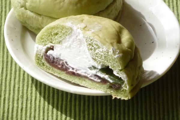 よもぎを練りこんだ緑の生地の中にはとよもぎ餅と小倉あん、そして上から注入されたホイップ。