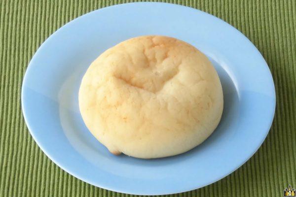クリームだけでなく皮にもチーズがたっぷりのチーズ香るメロンパン。