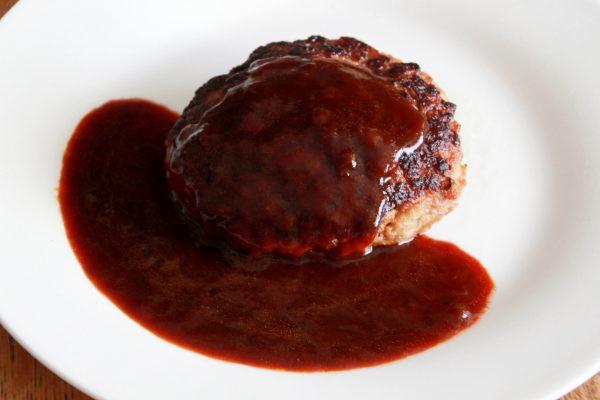 セブンイレブンの「オーブン焼きでうま味を閉じ込めた ハンバーグステーキ デミグラスソース仕立て」の中身