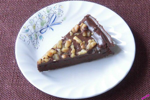 3種のカカオをブレンドした濃厚チョコ生地とチョコクリームの2層仕立てにたっぷりのクルミをトッピング。