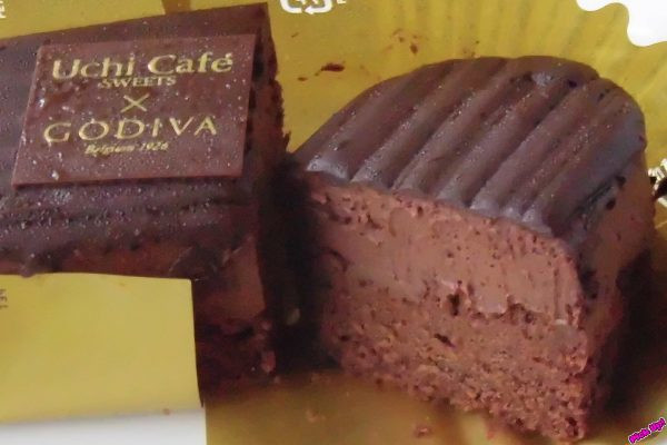 下からチョコスポンジ、チョコムース、ビターチョコの3層が見て取れます。