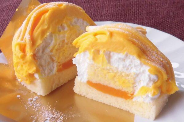 かぼちゃクリームの下にはホイップ、その下にはかぼちゃペーストをサンドしたスポンジの土台。