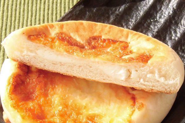 生地は平べったいですが、チーズクリームも目いっぱい入っています。