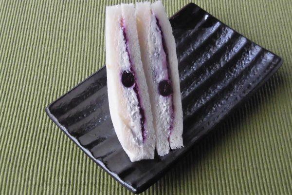 ブルーベリーソースと紫に染まったクリームチーズをサンド。