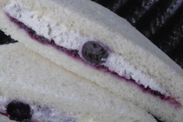 ぽってりしたクリームチーズの中にジューシーな大粒ブルーベリー。