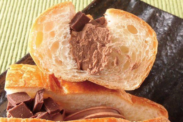 香ばしいデニッシュの間にたっぷり絞られたチョコホイップ。