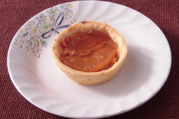 フィリングの上には甘く炊かれたスライスリンゴとつや出しのゼリー。