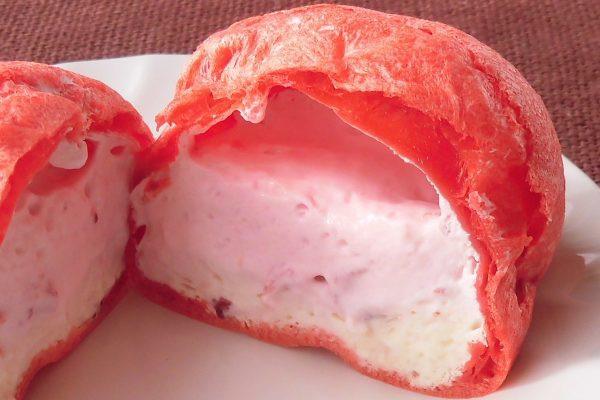 中にはピンクの苺果肉入りホイップとクリーム色のカスタード。