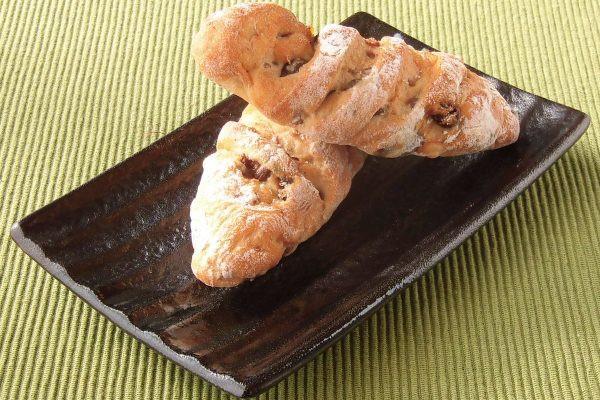 いくつも切れ目が入った紡錘形のパンが2個入り。