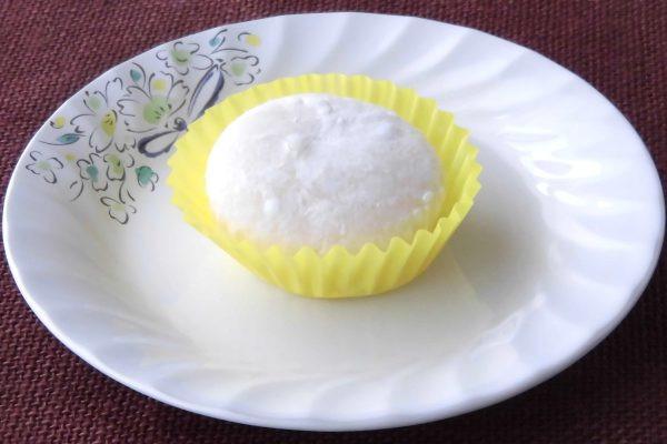 白い粉で薄化粧した薄いクリーム色の肌。