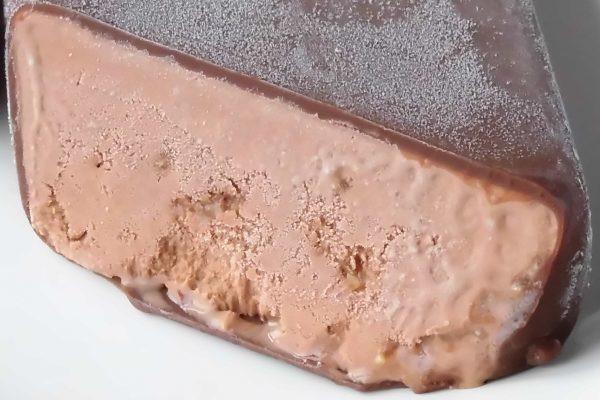 チョコアイスの中には細かいアーモンドの粒が混ぜ込まれています。