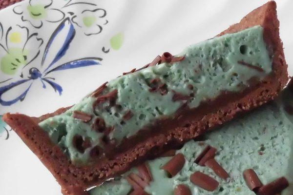 チョコチップはフィリング全体に混ぜ込まれ、底にはチョコソースが敷かれていました。