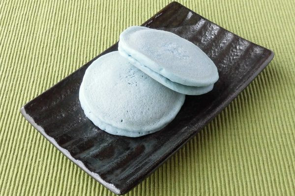 涼しげな水色のパンケーキ生地。