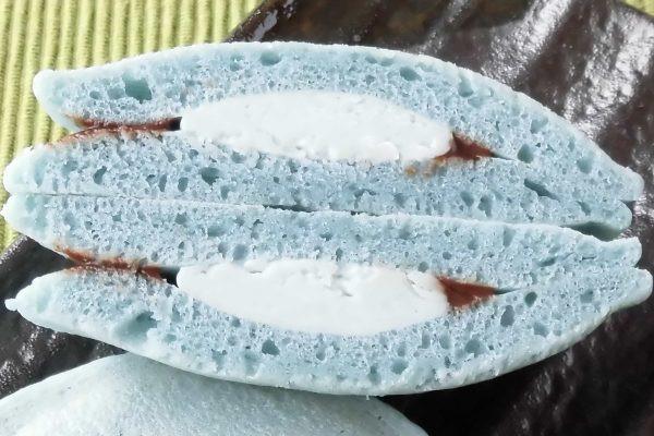 生地の間にはやや明るいミントブルーのクリームと、その周りにチョコクリーム。