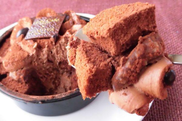 すくいやすいようカットされたスポンジ、その中にはチョコレートクリーム。