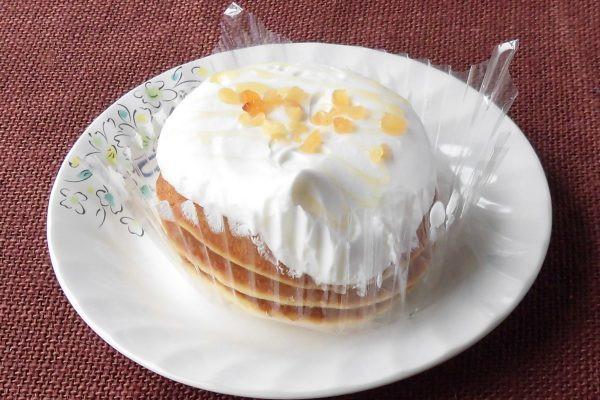 パンケーキ3枚が重ねられた上に、ココナッツミルククリームがたっぷりかけられています。