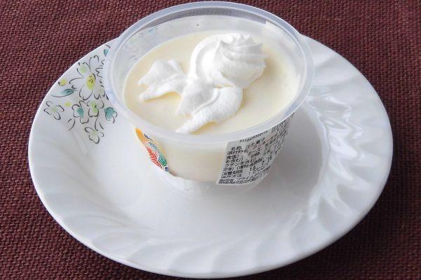 クリーム色のレアチーズに絞られた純白のホイップクリーム。