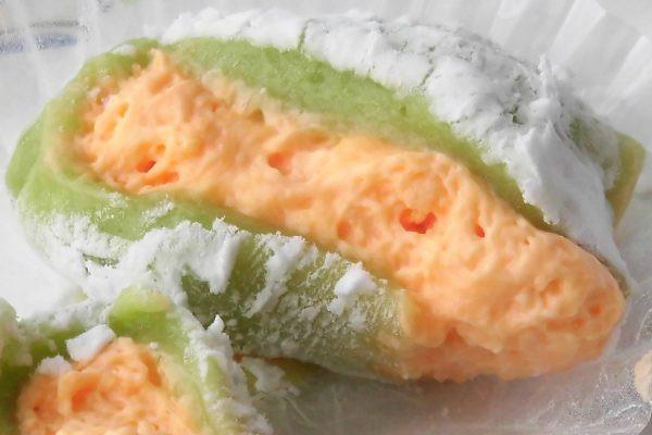 緑の皮の中にオレンジのホイップ、赤肉メロンをかたどっています。