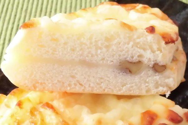 きめ細かい生地の間にチーズクリーム、そしてくるみ。