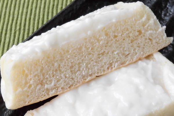 白く分厚いパンに、さらに白いクリームがこってり塗られています。