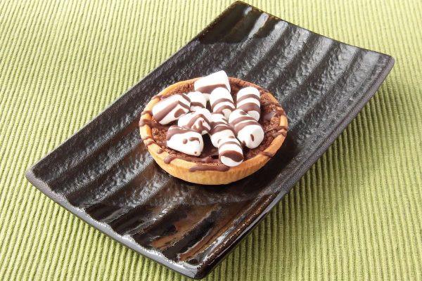 焦げ茶のタルト台に黒いチョコクリーム、そこに白いマシュマロが映えます。