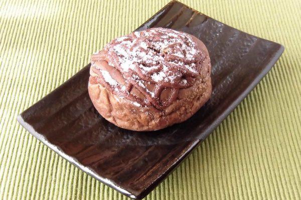焦げ茶色で分厚い円盤型のパン。