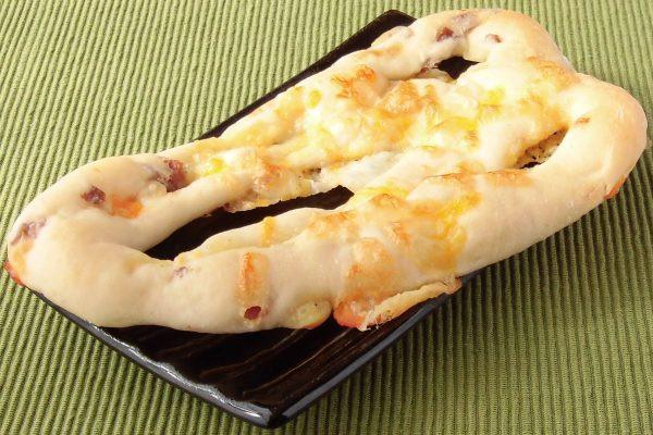 チーズとソーセージを練り込んだ生地を細長く伸ばし、三角形に成形してあります。