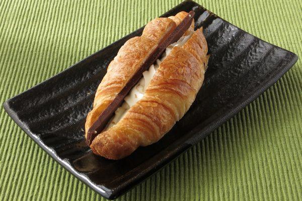 紡錘形のクロワッサンに縦に切れ目を入れ、チョコとホイップをサンド。
