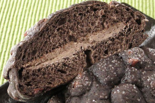 内生地はやや明るく、チョコホイップはさらに明るいモカ茶色。