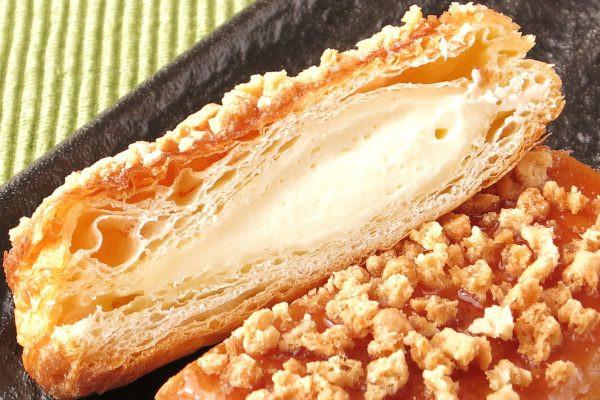 パイのように薄い層が折り重なる中に、薄黄色のチーズクリームが入っています。