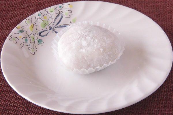 打ち粉で薄化粧した白大福。
