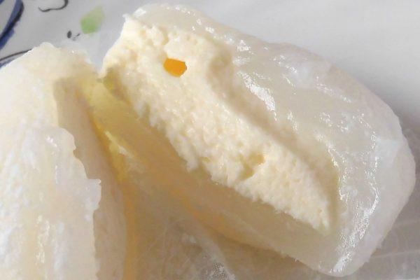 半透明のわらびの中に、いくぶん黄みの強いレアチーズクリーム。