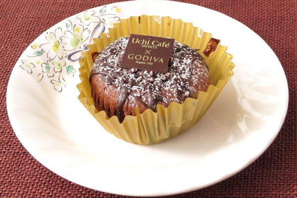 プリーツカップにおさまった、分厚い円筒形のチョコケーキ。