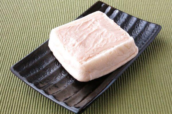 分厚い食パンにカフェオレ色のクリームが塗られた形。