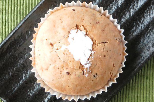 カントリーマアム味のフィリングをしっとり生地で包み、カントリーマアムを練り込んだビス生地をかぶせてホイップを詰めたパン。
