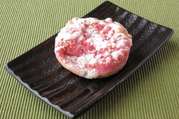 白とピンクのクッキークランチで覆われています。
