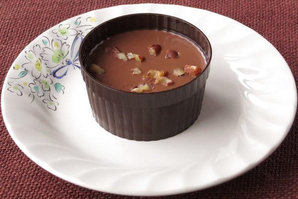 ラメキン風のカップに湛えられたショコラ。