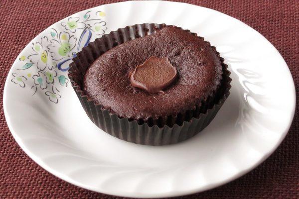 プリーツカップにおさまった、やや平たいチョコケーキ。